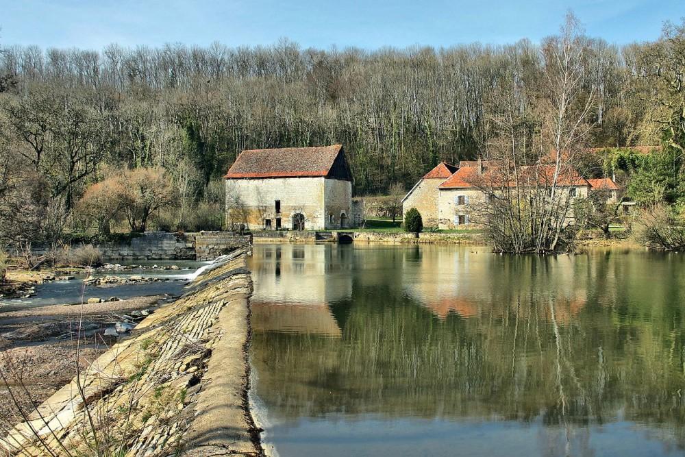 1280px-Montagney,_la_forge_et_le_barrage_sur_l'Ognon